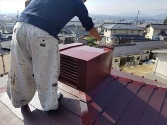 コロニアルのパナホームの煙突塗装上塗り作業してます