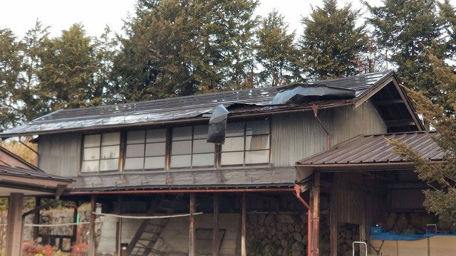 トタン屋根が捲れてます
