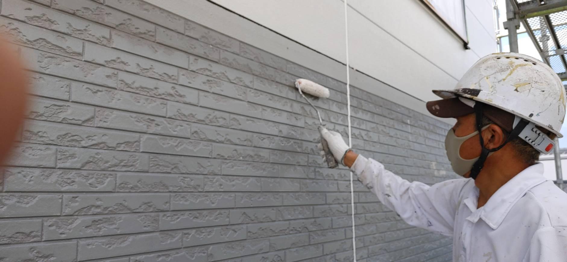 駒ケ根市の遮熱塗料を使った屋根と外壁の塗装現場で、中塗り作業が開始されました!