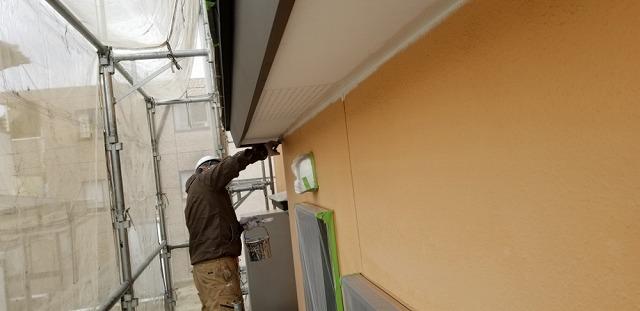 軒天塗装中です