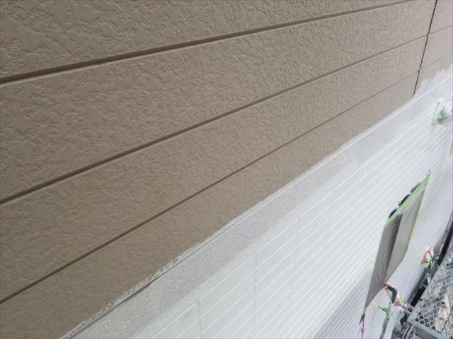 外壁1階の下塗りしてます。