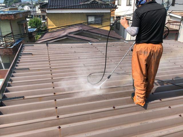折半屋根塗装前です 洗浄中です