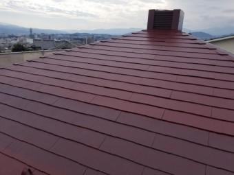 スレート屋根の上塗り仕上げをしています