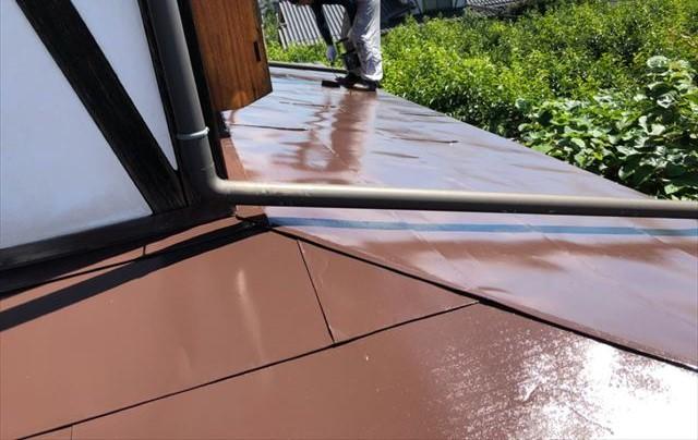トタン屋根上塗りしています