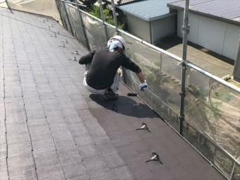 コロニアル屋根の上塗りしてます
