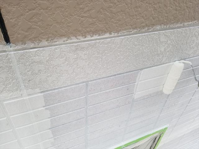 外壁1階部分の下塗りしてます。