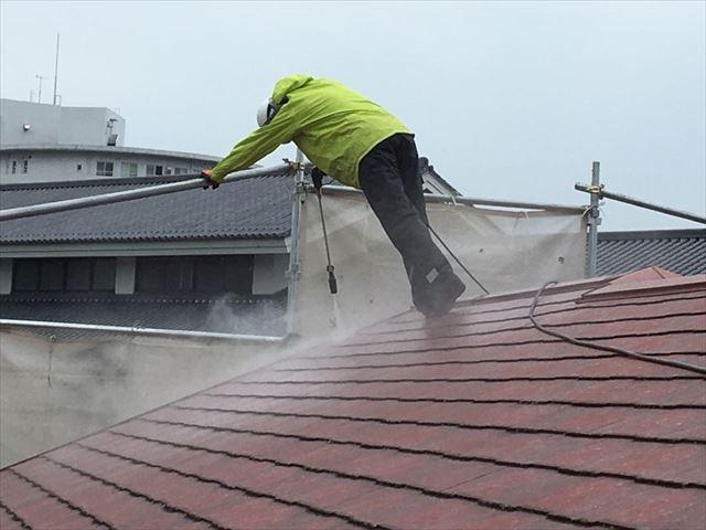洗浄してる屋根を