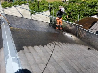 屋根の除菌高圧洗浄しています