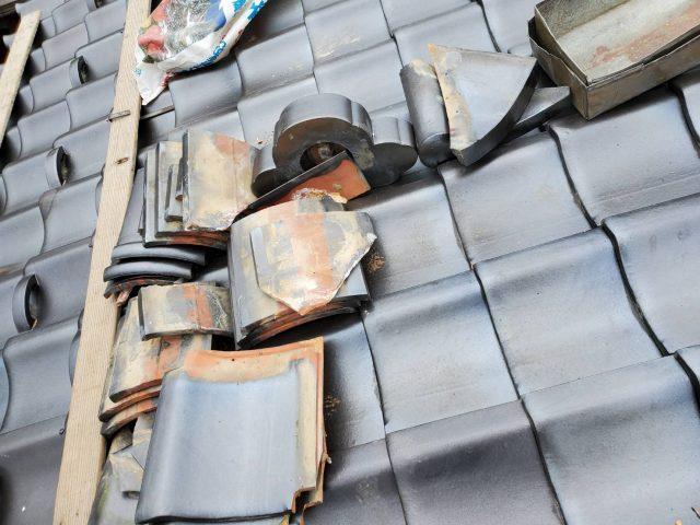 飯田市にて隅棟瓦の補修工事、積み直し工事を行います② 葺き土と漆喰