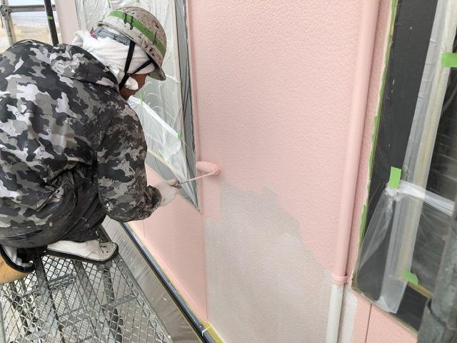 外壁塗装中塗りしています