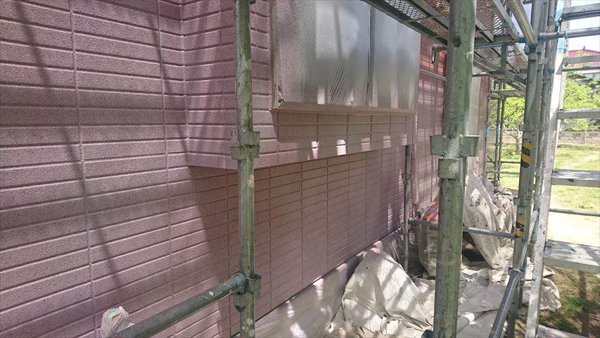 グラナートで1階をを吹き付けています 乾燥前