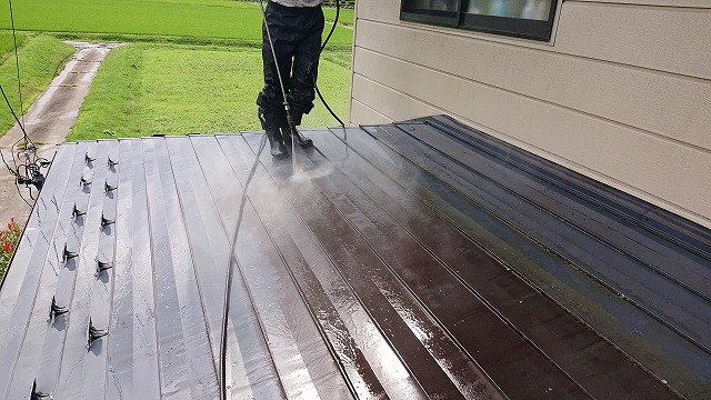 長野県駒ケ根市にて、トタン屋根の塗装工事 【遮熱塗料】下塗り作業が開始されました!