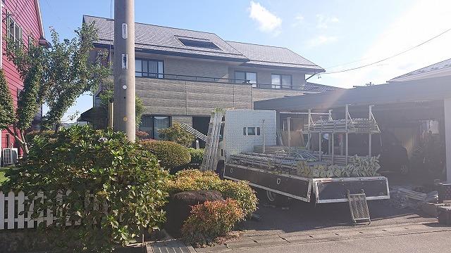 長野県駒ケ根市で行う窯業系コロニアル屋根の板金カバー工事 足場作業