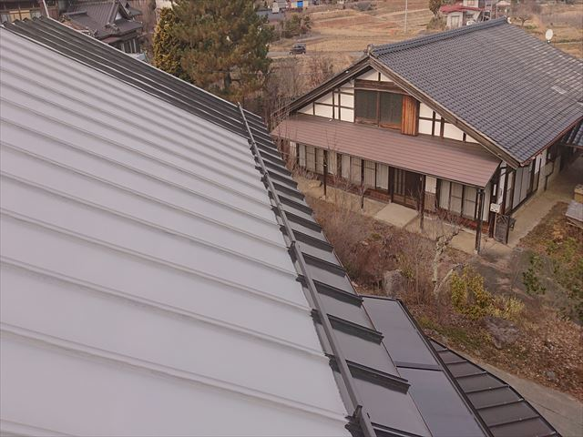 長野県下條村トタン屋根中塗り5