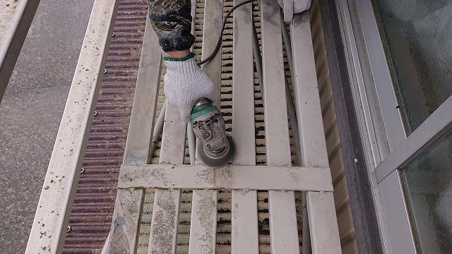 飯田市 大瀬木 柿ハウスの手すり塗装工事 ケレン作業と下塗り作業