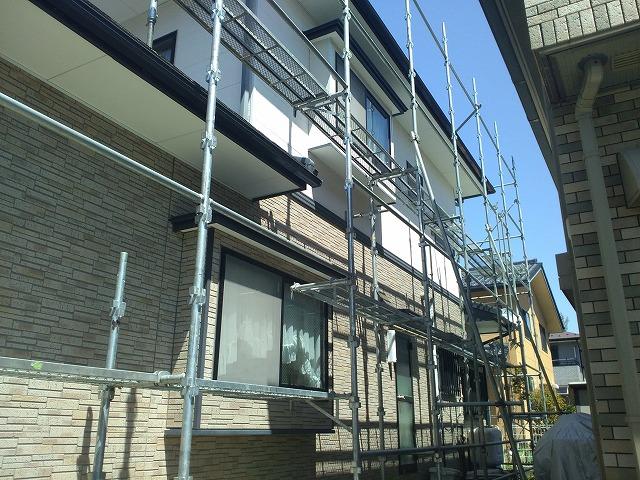 屋根の塗装工事用足場設置開始です