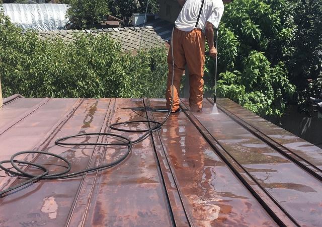 サビたトタン屋根を洗浄している様子