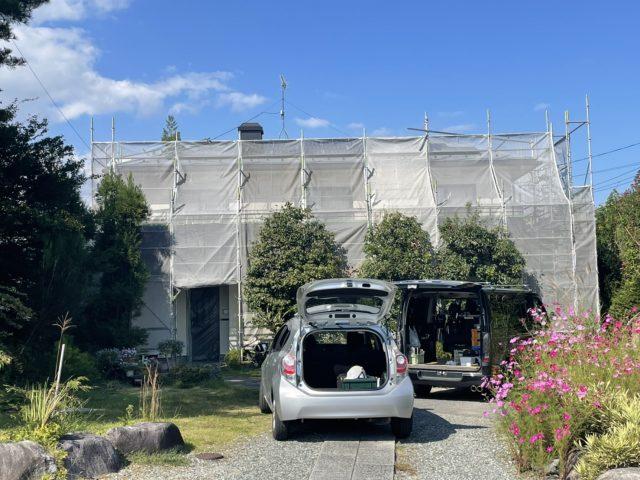 下伊那郡松川町にてスレート屋根塗装と外壁塗装工事を行います 屋根塗装下塗りと外壁塗装仕上げ