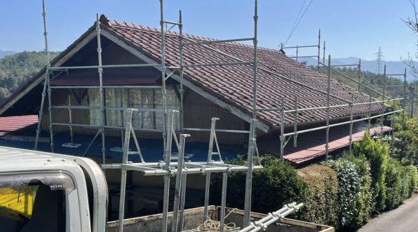 下伊那郡下条村にて屋根葺き替え工事を行います。作業のようす