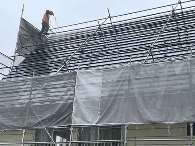 下伊那郡高森町にてガルバリウム鋼板屋根塗装をおこないます。遮熱フッ素塗料で屋根塗装など高圧洗浄水洗いと下塗り