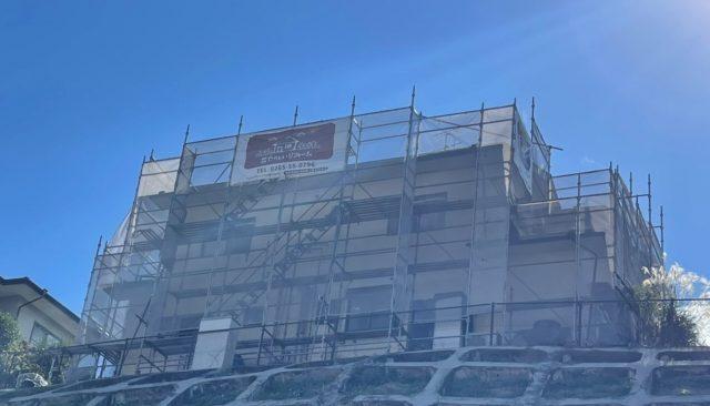 長野県飯田市にて雨漏り改修と外装工事を行います。塗装工事の進捗状況