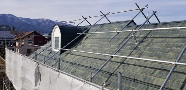 屋根葺き替え用仮設足場設置です 屋根足場もあります