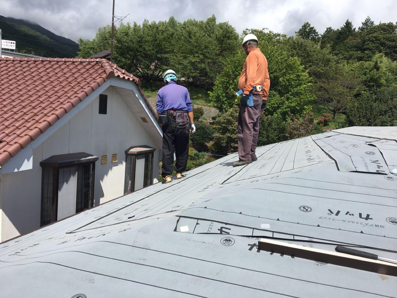 屋根工事をしてる