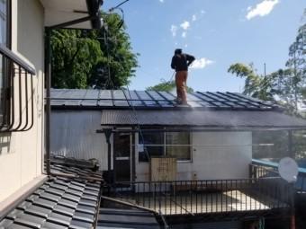 トタン屋根高圧洗浄中