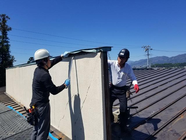 屋根上の外壁の撤去開始です。