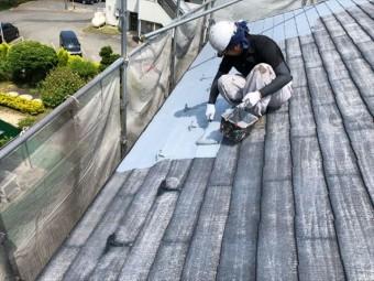 コロニアル屋根の下塗りしています