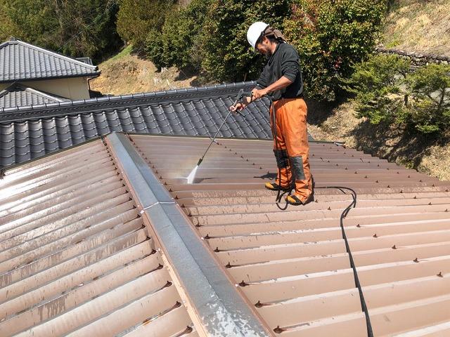 折半トタン屋根 高圧洗浄の開始です。