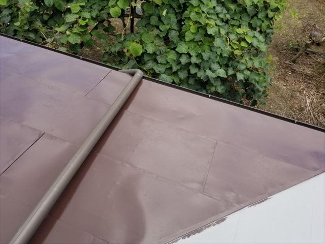 トタン屋根中塗りしています