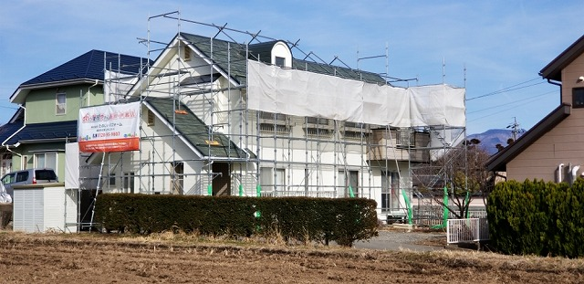 屋根葺き替え用仮設足場設置です
