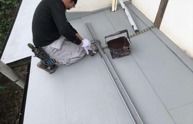 トタン屋根下塗りしています