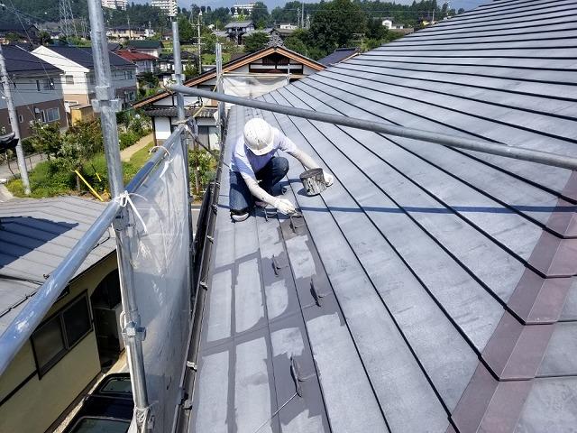 トタン屋根下塗り開始です①