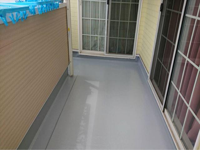 ベランダの床トップコートを塗っていきます