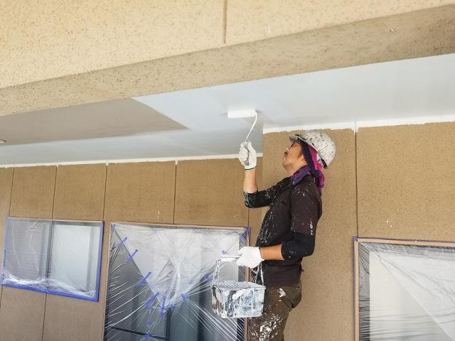 軒天塗装開始です