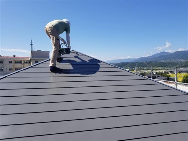 トタン屋根上塗り開始しました