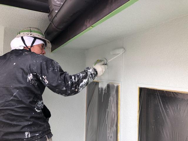 外壁の上塗りしています
