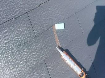 補修している屋根