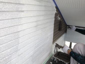 外壁塗装中塗りしています。