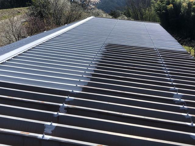 折半トタン屋根 下塗りの開始です
