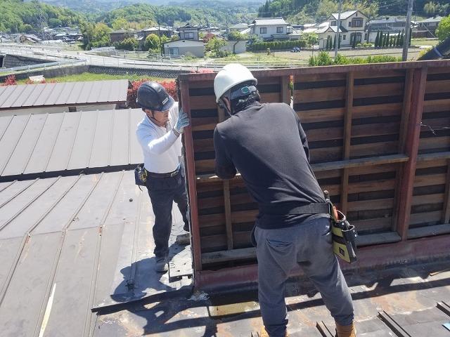 屋根上の外壁の撤去開始です。①