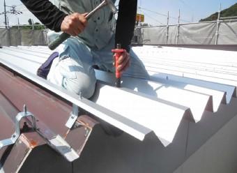 薄い鋼板の強度不足を補うために台形に加工されている